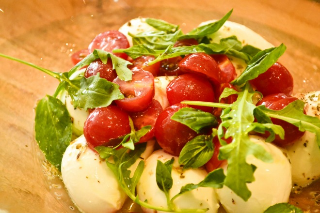 モッツァレラチーズにトマトとバジルをあしらったサラダ。Caprese Con Mozarella di Bufala