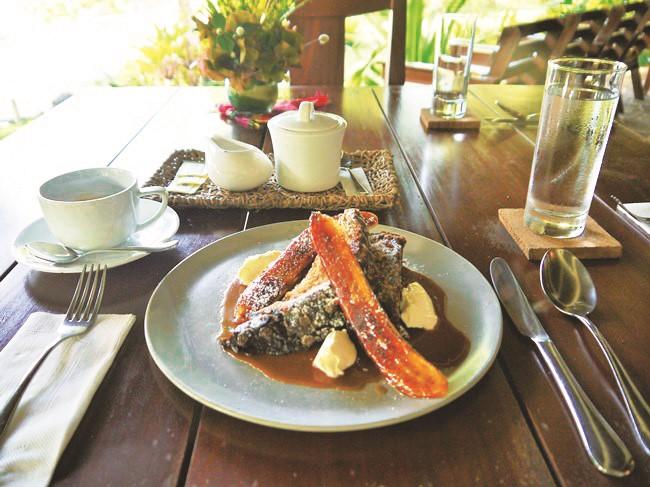 ホテル自家製パンを使った朝食(フレンチトーストとバナナブリュレ)※他メニューあり