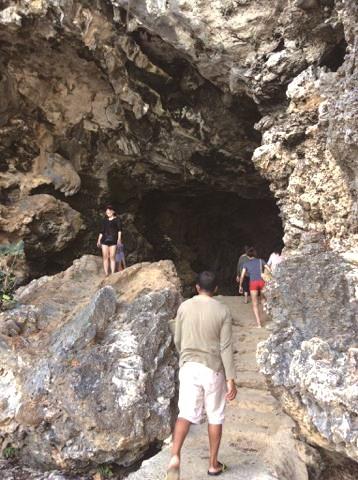 ハンドレッドアイランズには洞窟も多い