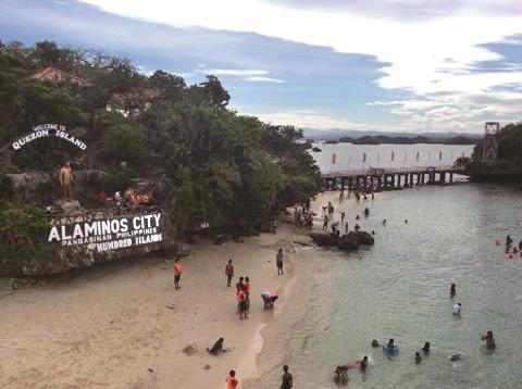 観光客用に整備された島の一つ、ケソン・アイランド。コテージが多数用意され、小さな売店もある。ここからバナナボートに乗ることも可能