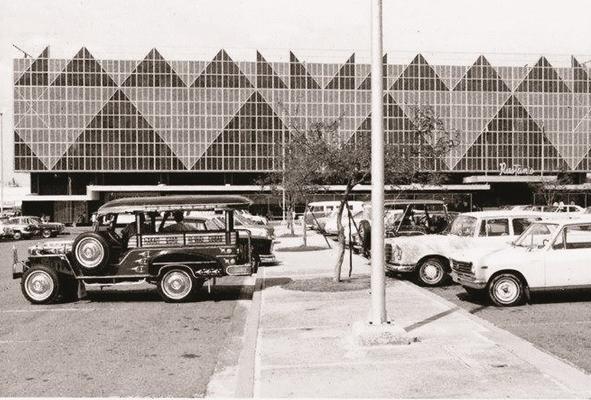 ルスタンスデパート。現在のものより車体が短いジプニーが時代を物語っている。