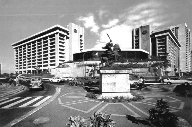 1980年頃のペニンスラ・ホテル(マカティ通りとアヤラ通りの交差点)。手前は今もあるガブリエラ・シランの銅像。