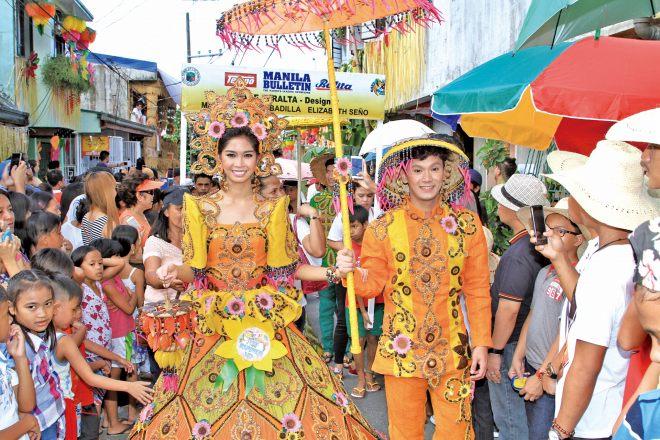 祭りのハイライトを飾る「サンタクルーサン」。村々を代表する美男美女がトップを競う
