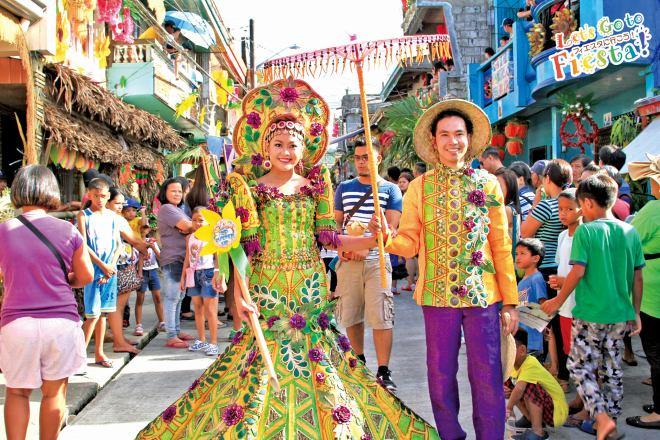 祭りを彩る「サンタクルーサン」 地元代表のカップルが笑顔でパレード