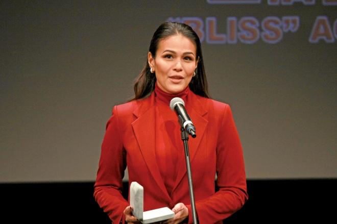 授賞式で受賞の挨拶をするイザ・カルサドさん