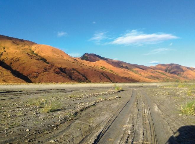 登山前に車で進むラハールの景色。朝日を浴びる山肌が美しい