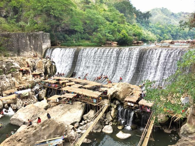 高さが約20メートルのワワダム。週末はダム湖で竹製の筏(いかだ)に乗ったり水浴びをする人でにぎわう
