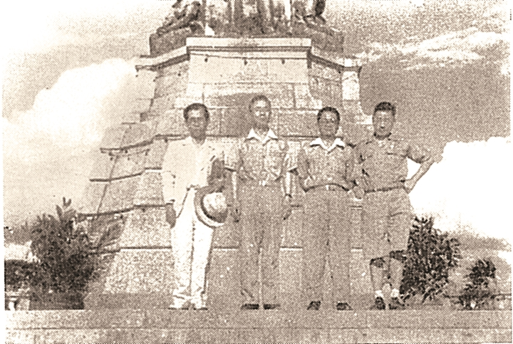 リサール像の前に立つ末川博氏(左から2人目)=「極秘比島調査報告(龍渓書舎、1993年)」より