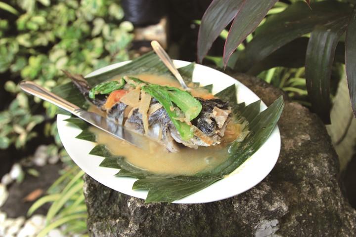 バナナの葉っぱの上に盛られた雷魚のシニガンスープ。みそ風味でした。