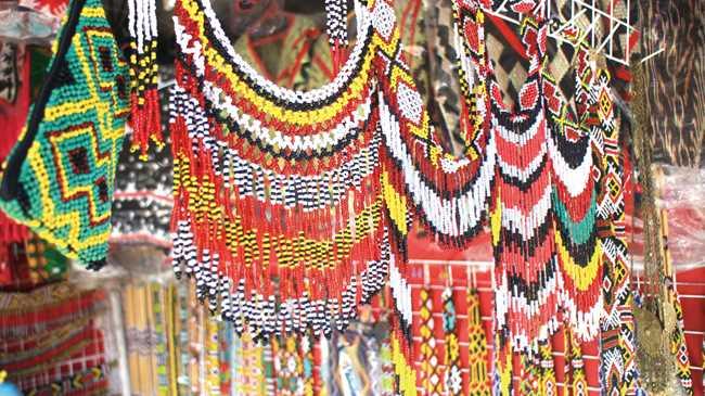 カラフルな首飾りや腕輪、足輪など。ビーズや真ちゅう、細い竹に糸を通したり、鎖や鈴をつけたりなど、さまざまな工夫が凝らされている