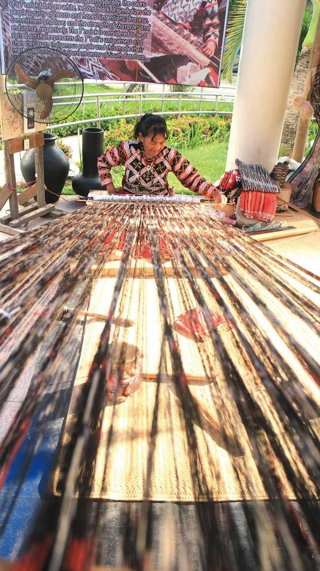 祭りの会場で行われていた、手織機でティナラックを織る実演。1枚織るのに3カ月かかるという