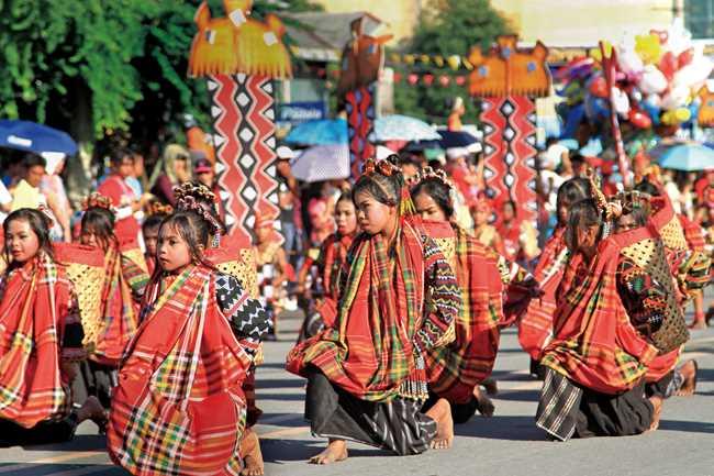 マグロで有名なミンダナオのゼネラルサントス市。そこから北西の山に入った高地にチボリの人たちが住んでいます。「ティナラック」は、チボリの女性がアバカ(マニラ麻)から作った精巧なカスリ織の布です。ティナラック・フェスティバルは毎年7月に開かれ、チボリの子供たちからなる踊り手が、ティナラックの衣装でパワフルなストリートダンスを披露します。