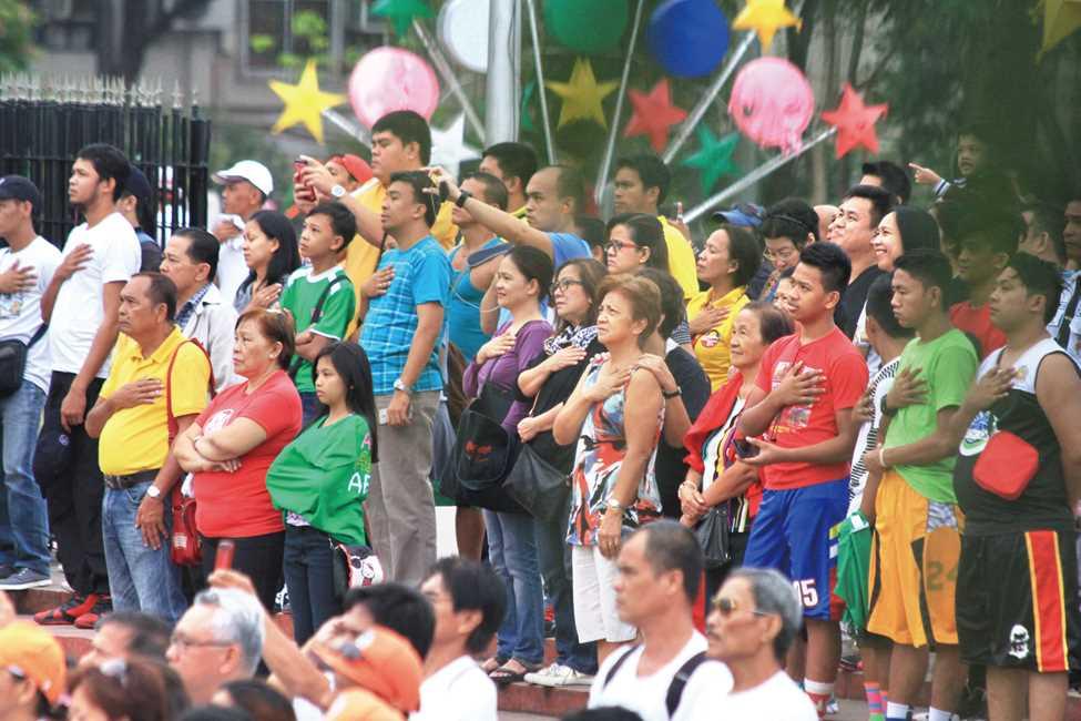 国歌の演奏が始まると全員が起立し、右手を胸にあてて音楽に合わせて歌うことが義務付けられた(写真はリサール公園で)