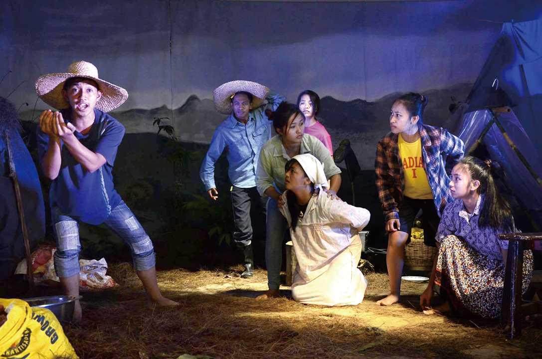 先住民の青少年たちによる演劇制作。彼ら自身の生き方をテーマにした 作品がつくられる