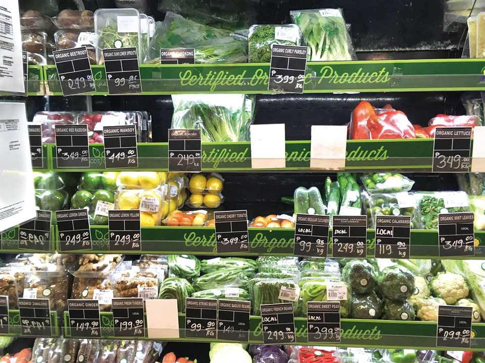 スーパーに行けば有機野菜が品数豊富に陳列されている