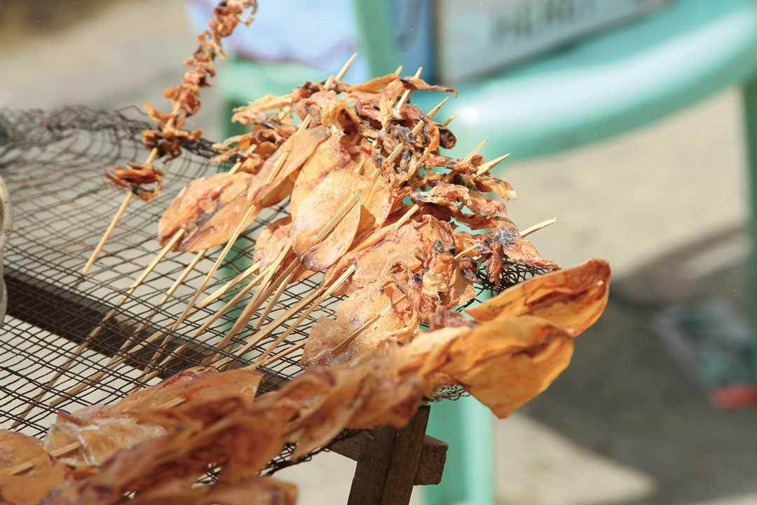 イカの干したものをあぶり焼きしながら売っている光景もよく見られる。香ばしく、また塩加減も絶妙