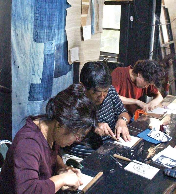 志村さんの工房「麻ぷれす」にてコンニャク凹版版画製作。後ろにかけてある布、これがまさに紙布です!