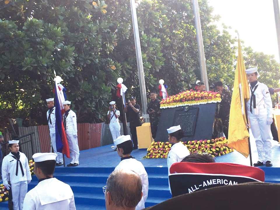 上(左):フィリピン政府関係者や軍関係者をはじめ、米、日の関係者も列席 上(右):かつての日本軍に扮する若者たち 左:亡くなったすべての人々に哀悼の意を捧げ、平和を祈る