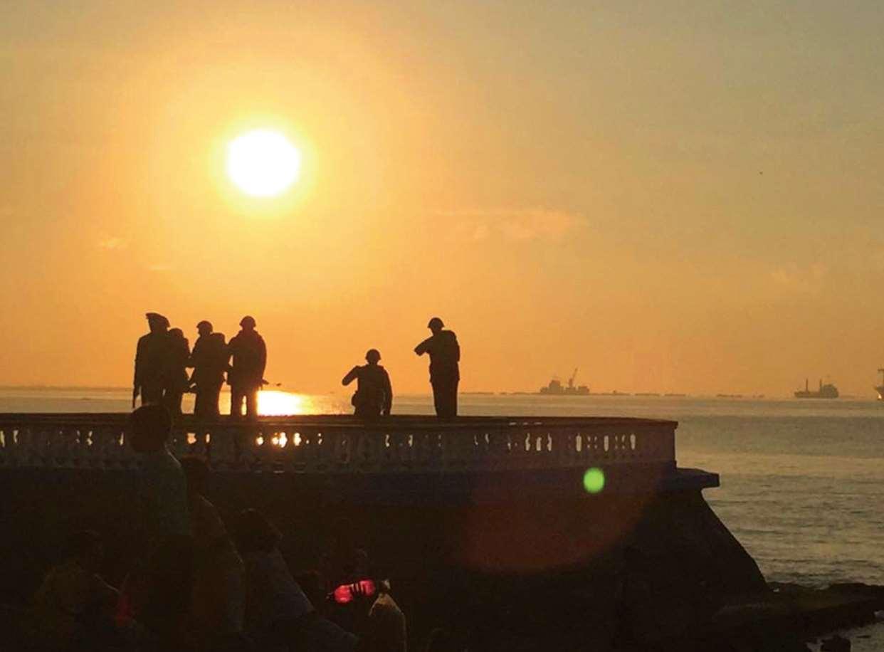 かつて激戦地であった海岸線から見る今日の夕日
