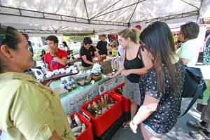 上:様々な国の人たちが会場を訪れオーガニックの品々を吟味し購入していく
