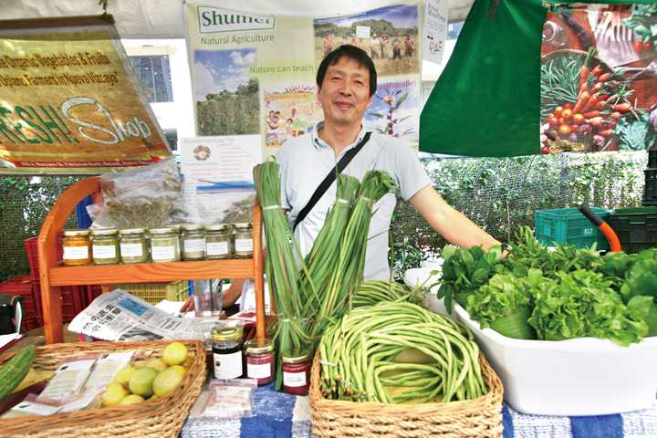 "Mr. Norio Shima of ""Shumei"" which has opened since 2008 is an organic agricultural expert who is interested in living support of farmers and hibiscus cultivation of United Nations development joint project. ""Organic is steadily penetrating even in the Philippines"" He said."