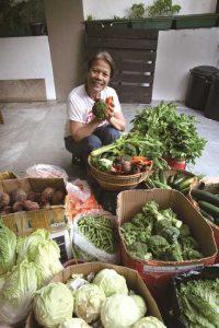 彼女の元に週3回バギオから届く新鮮なオーガニック野菜はMara's Original Marketのオリジナルブランドとしてマカティ市内3カ所のスーパーマーケットに卸されている。 Vegetables arriving from Baguio three times a week are sold at three supermarkets in Makati City as original brands of Mara's Original Market.