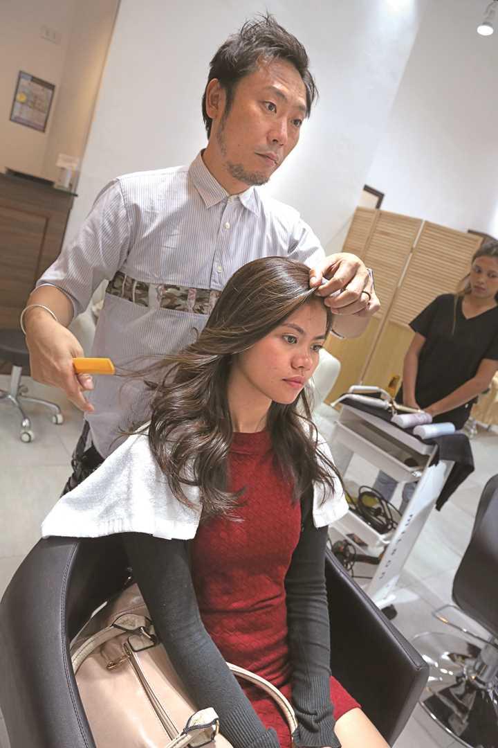 ていねいなカットとスタイリングでイメージ通りに仕上げていく Hidezaku proceed with hair cut and styling according to the image look that fits Princess.