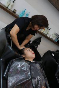 ラセルさんは、シャンプー、カット、カラーの順で Ruzel was given a shampoo, hair cut and hair color.