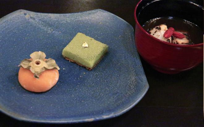繊細にして美味。ていねいに手作りされた和菓子はまさに日本人ならではの技が光る。写真は福柿、抹茶の生チョコ、お汁粉のセット