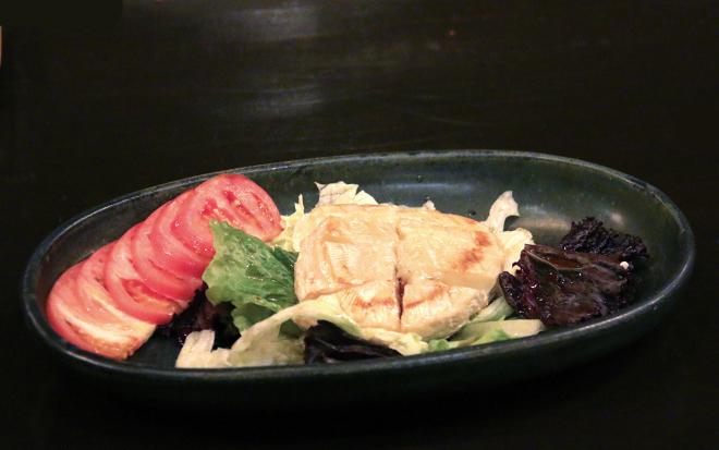 Tomato and Grilled Camembert Salad on Iron plate P680 ネットでも話題になっている焼きカマンベールを 大河内シェフがサラダ仕立てにアレンジ
