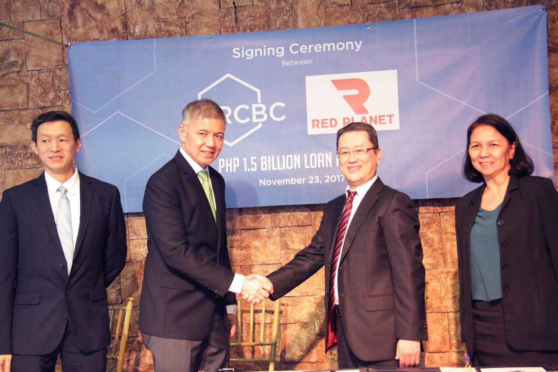 融資締結後握手を交わすレッド・プラネット・ホテルズ王生貴久(いくるみよしひさ)最高財務責任者とRCBCのマイケル・O・デ・ヘスッス エグゼクティブバイスプレジデント
