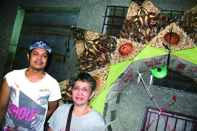 ルビミンダ・ガラルドさんと息子のギオさん。後ろのパロルはコンペ用の作品。Mrs. Luzviminda Gallardo and her son Gio. Parol in the back is a work for competition.