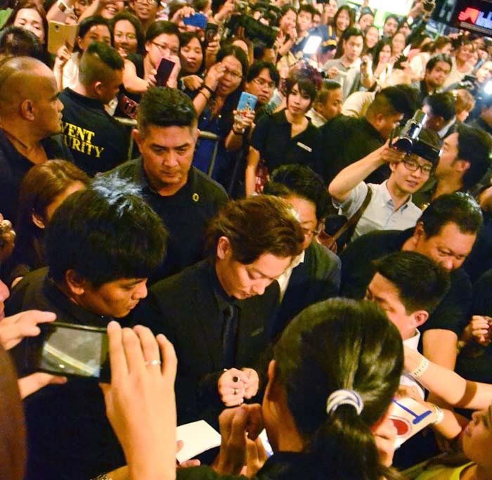2014年、フィリピンで上映された「るろうに剣心」実写版のプロモーションのためマニラを訪れフィリピン人ファンへのサインに応じる俳優の佐藤健さん。Japanese actor Satō Takeru signing autographs for Filipino fans while visiting Manila to promote the live action movie Rurouni Kenshin in 2014.