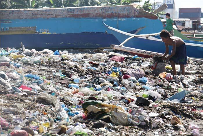 Pera sa Basura. Hanggang kailan ang hanap-buhay na ganito? 放置されたごみの中から換金できるものを探す少年。彼はいつまでこれを続けなければならないのか? A boy who works in garbage to survive for their living.