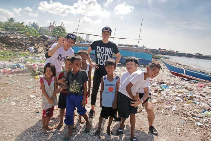 子供たちと遊んだあとは記念写真Group picture with the children.