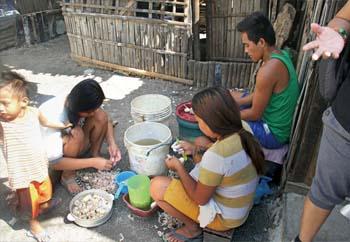 ひたすらニンニクの皮をむき続ける。それが日常。 Peeling garlic is one of the sources of income. Isang uri ng kabuhayan dito ang pagbabalat ng bawang