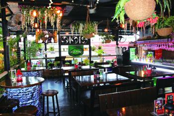 開放感いっぱいの店内はタイのリゾートの雰囲気。宴会用に個室もあり、カラオケも楽しめる(個室使用は要問い合わせ)。