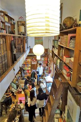細長い店内は天井まで本であふれている The inside of an elongated shop is full of books as reaching the ceiling.