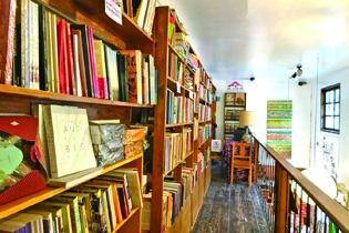 2階には古本も交えたアート本や料理本がずらりOn the second floor there are lots of new books and used books of art books and cookbooks.