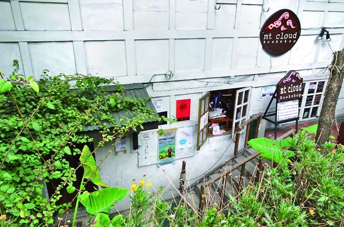 街中にありながら緑に囲まれた小さな本屋さん。場所はSMバギオのすぐ近く。Casa Vallejoホテルの一角 A small bookstore in the city but surrounded by greenery. The location is very close to SM Baguio. One corner of Casa Vallejo hotel