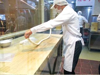 ① 練った小麦粉を棒状にのばす。