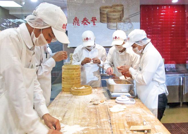ディンタイフォン店頭での小籠包製造の様子。流れ作業で次々と小籠包がつくられていく。At Din Tai Fung , SM Megamall, you can see the making process of Xiao Long Bao.
