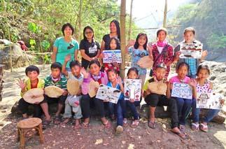 完成したオリジナルのアート作品をもって、はいポーズ! Children are posing with their original artwork.