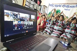 参加国一斉のビデオ通話。ビデオ通話でアジアの子どもたちがみんな友達にVideo call of all participating countries to make Asian children became friends.
