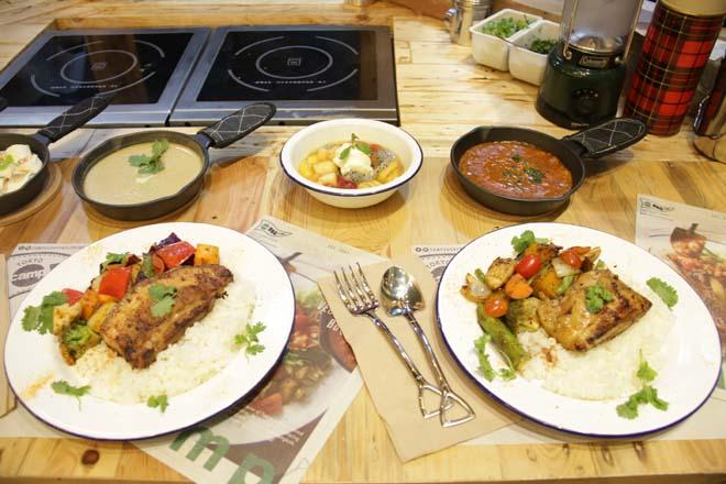 色鮮やかな野菜たっぷりのカレー。ユニークなデザインのフォークとスプーンにも注目。