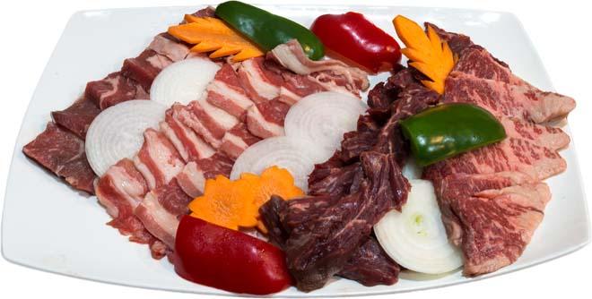 和牛焼肉盛り合わせ(特上)は4500ペソ。焼肉盛り合わせ(並)は1200ぺソ、(上)は2500ペソ